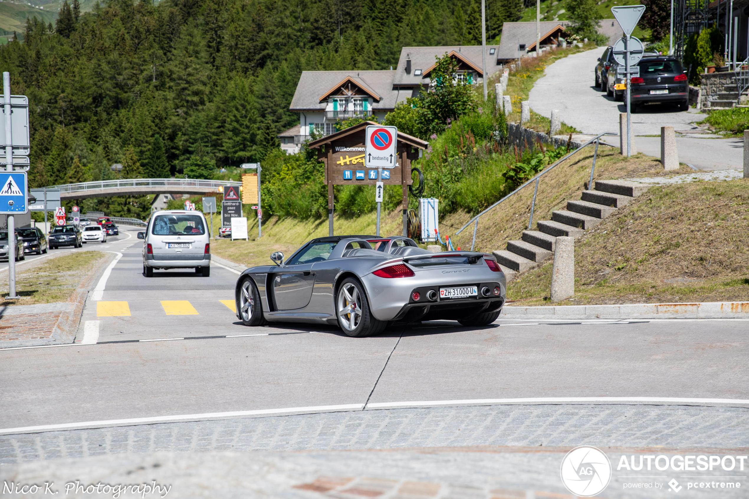 Porsche Carrera GT vermaakt zich in Zwitserse Alpen