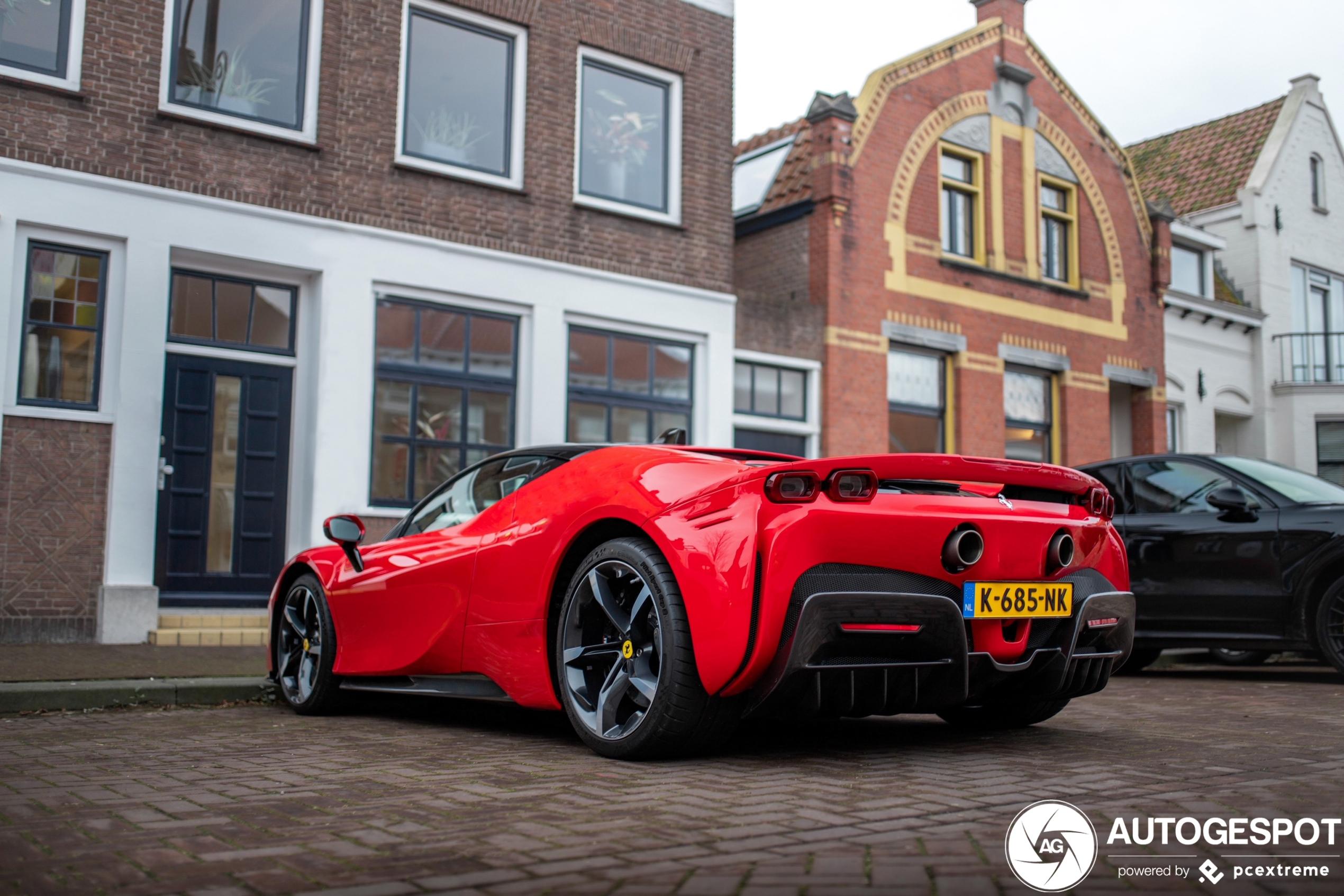 Eerste Ferrari SF90 Stradale op Nederlands kenteken staat in Fijnaart