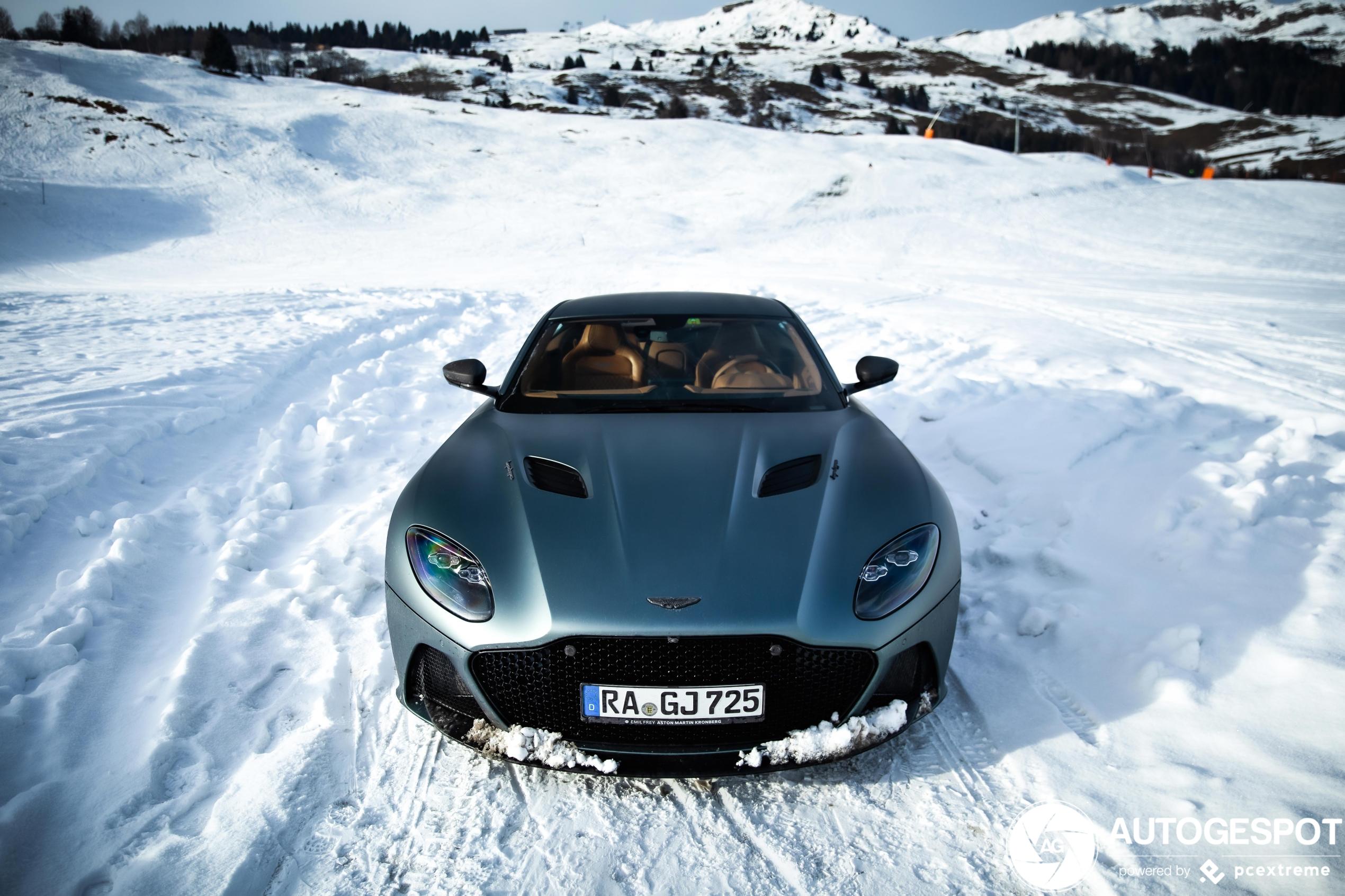 Aston Martin DBS Superleggera geniet van winters landschap