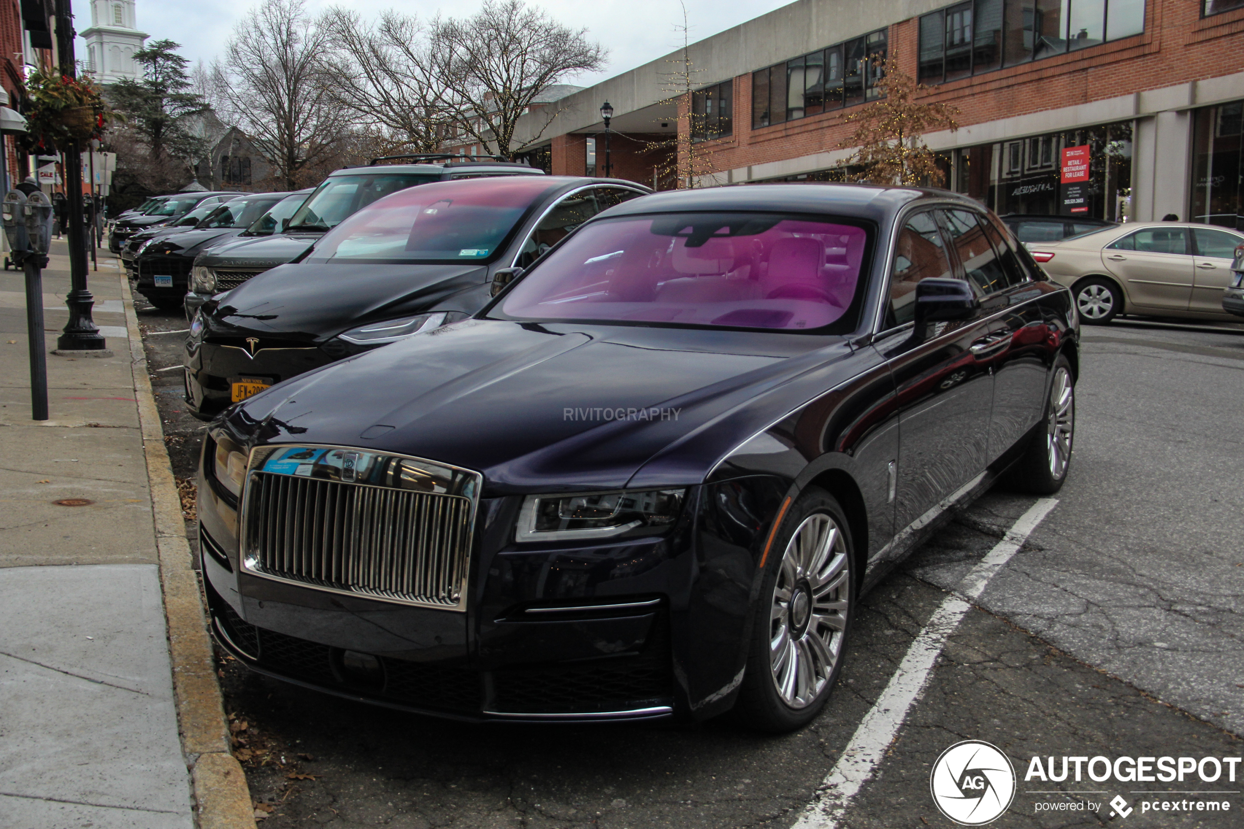 Nieuwe Rolls-Royce Ghost aan de andere kant van de plas aangekomen