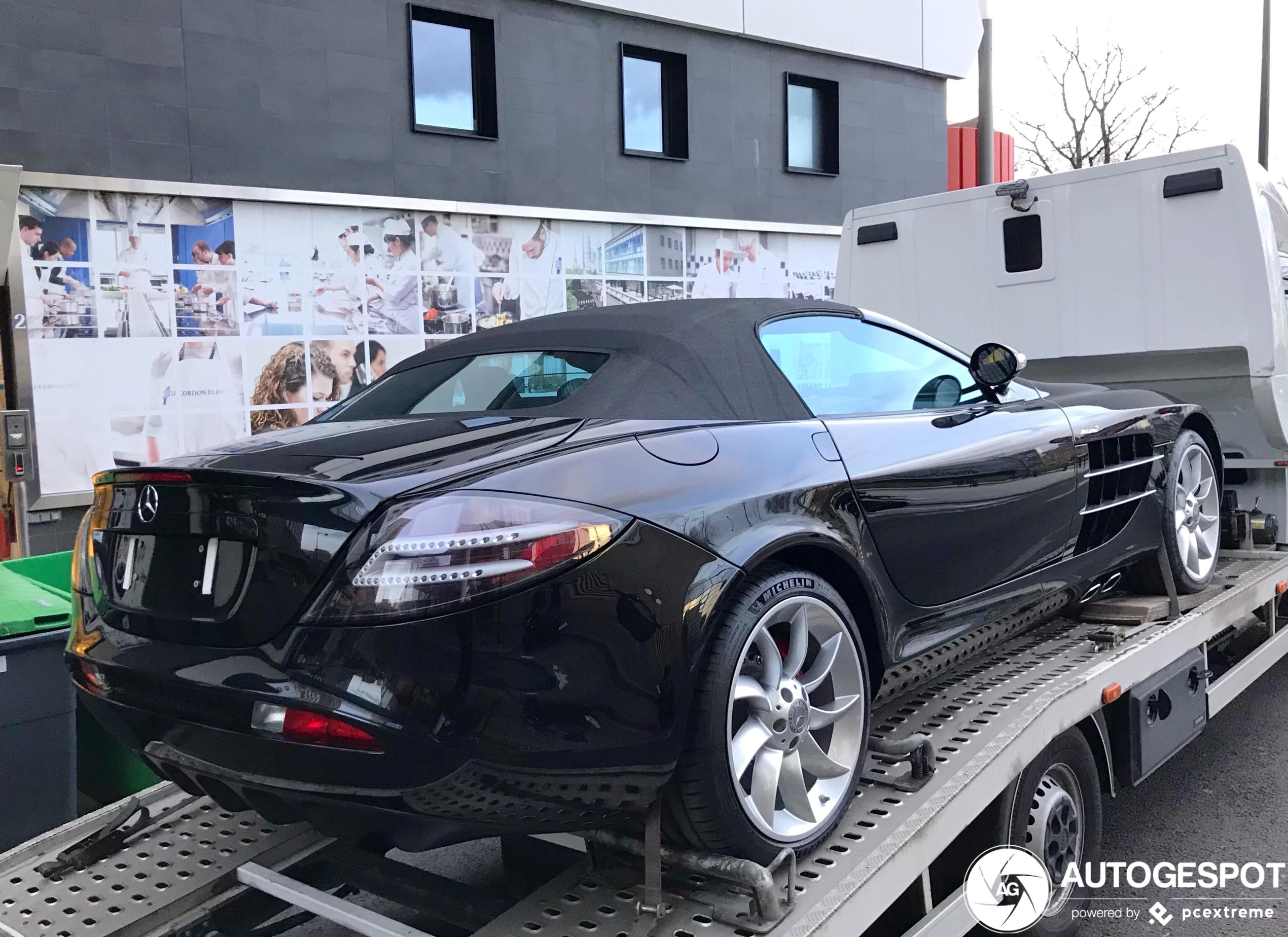 Mercedes-Benz SLR McLaren rolt op veilige manier Parijs binnen