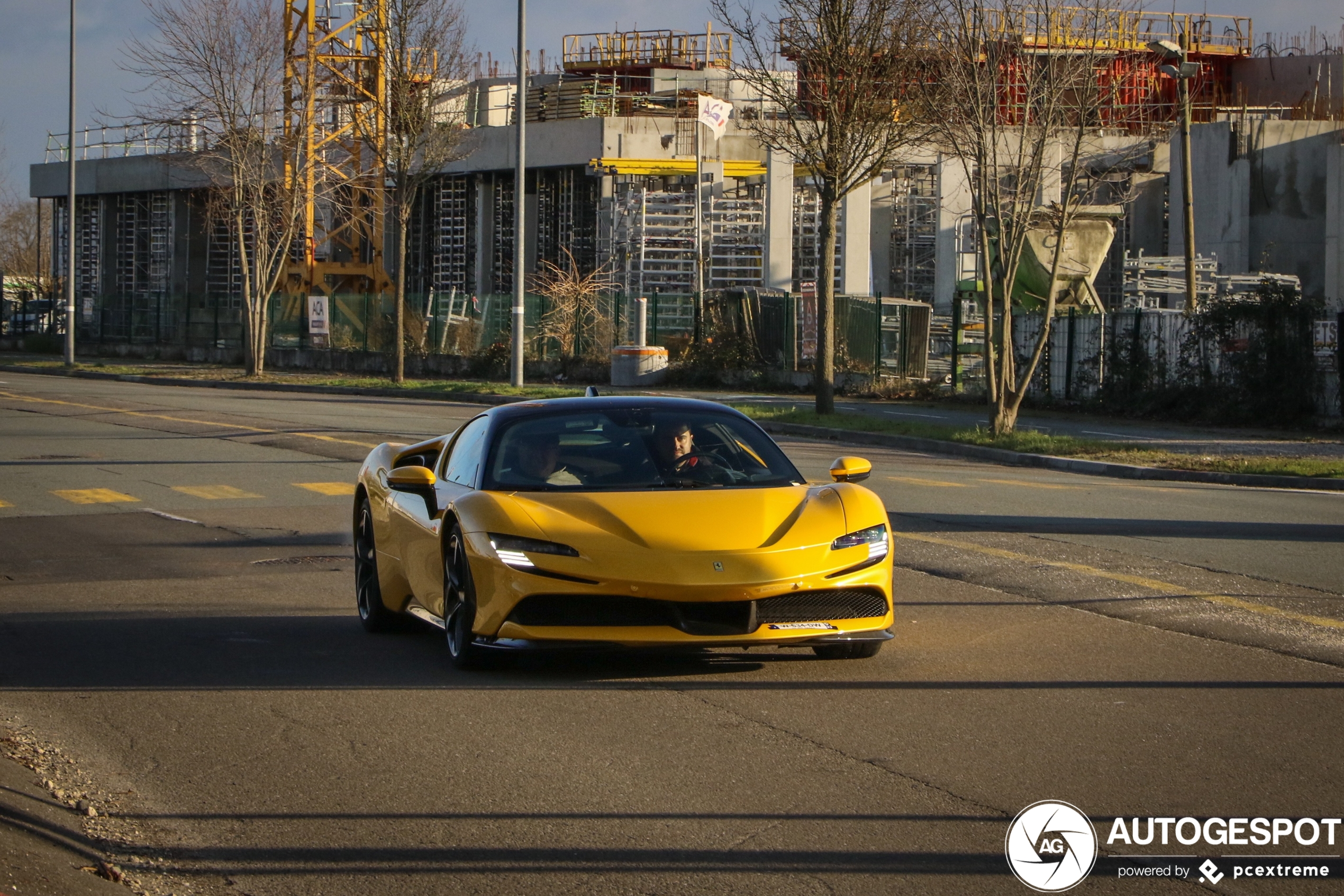 Ferrari's SF90 Stradale verschijnt steeds meer