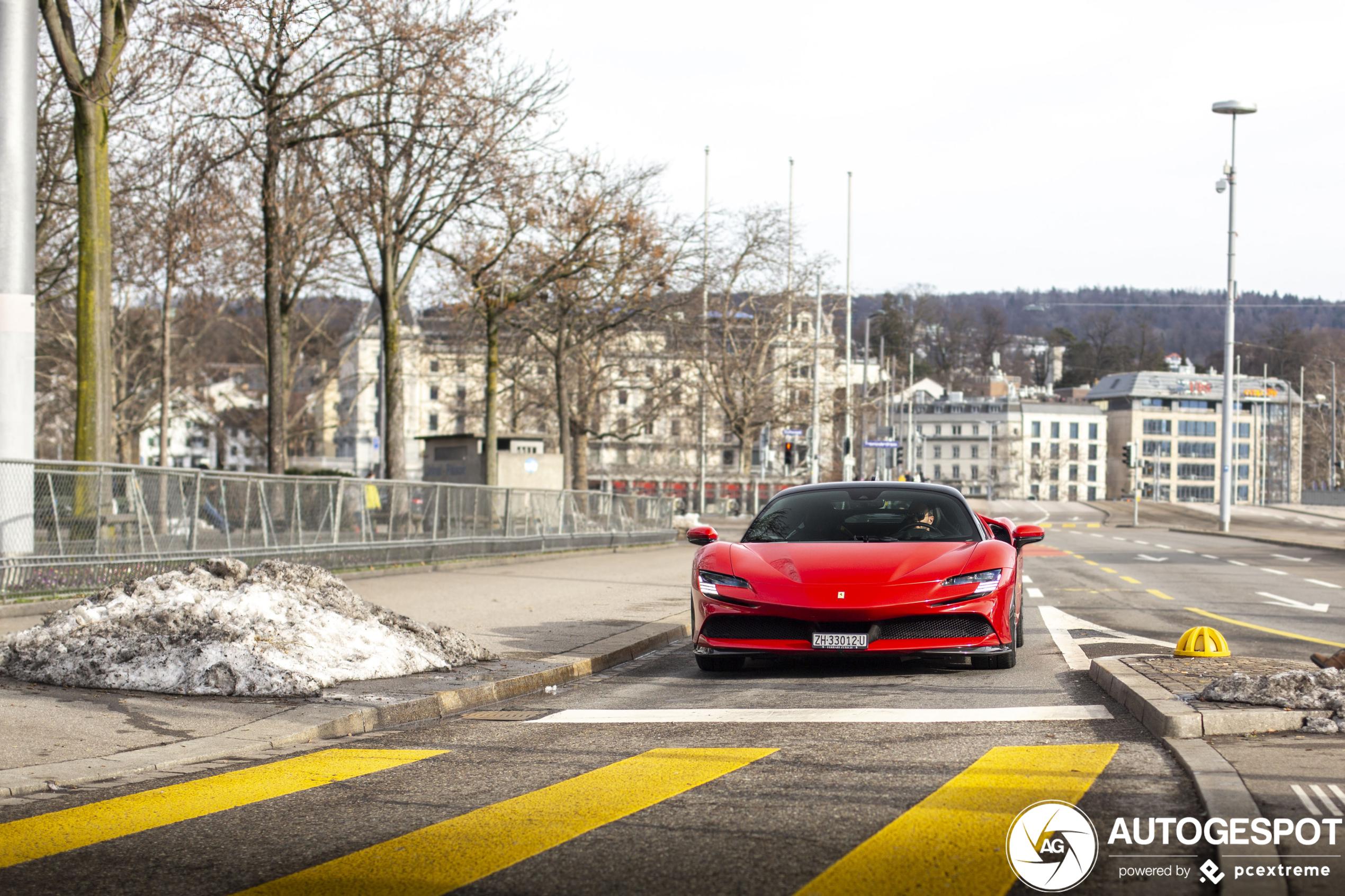 Ferrari SF90 Stradale verplaatst zich door rustig Zürich