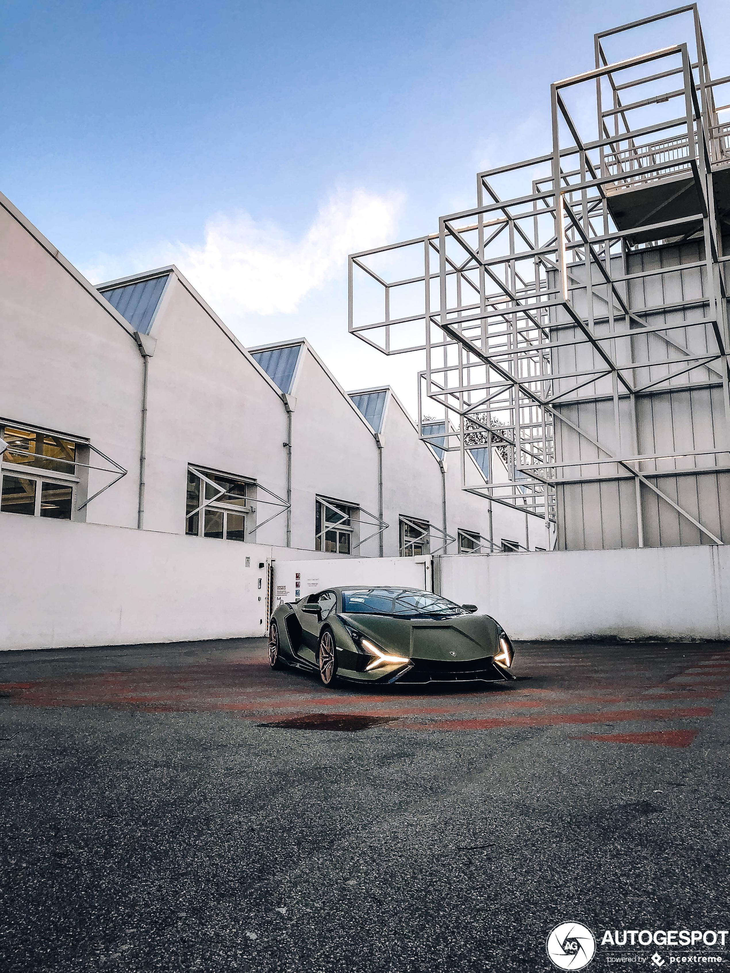 Lamborghini Sián FKP 37 shows up in Bologna!