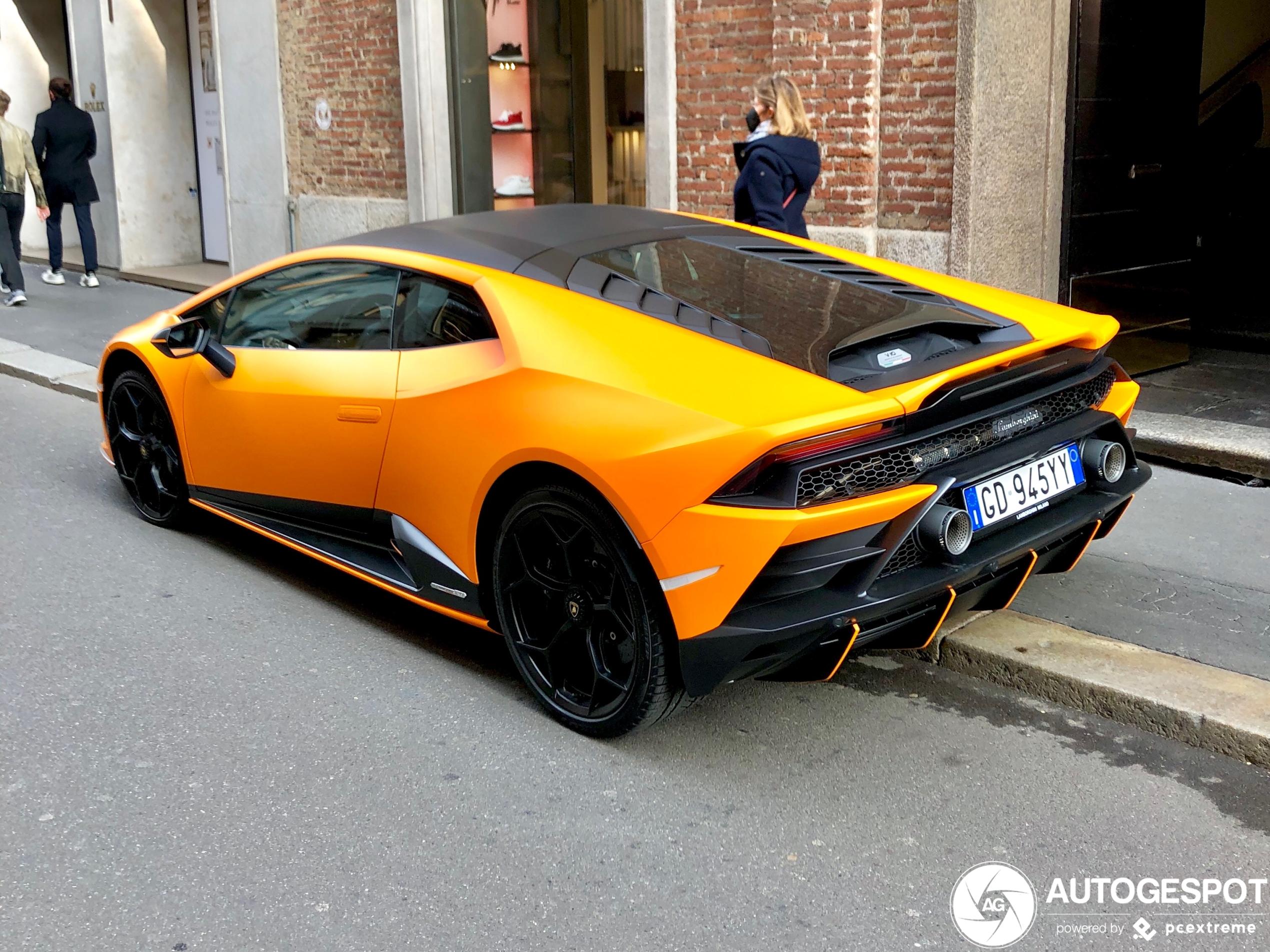 Lamborghini Huracán LP640-4 EVO Fluo Capsule in Milaan spat van je beeldscherm