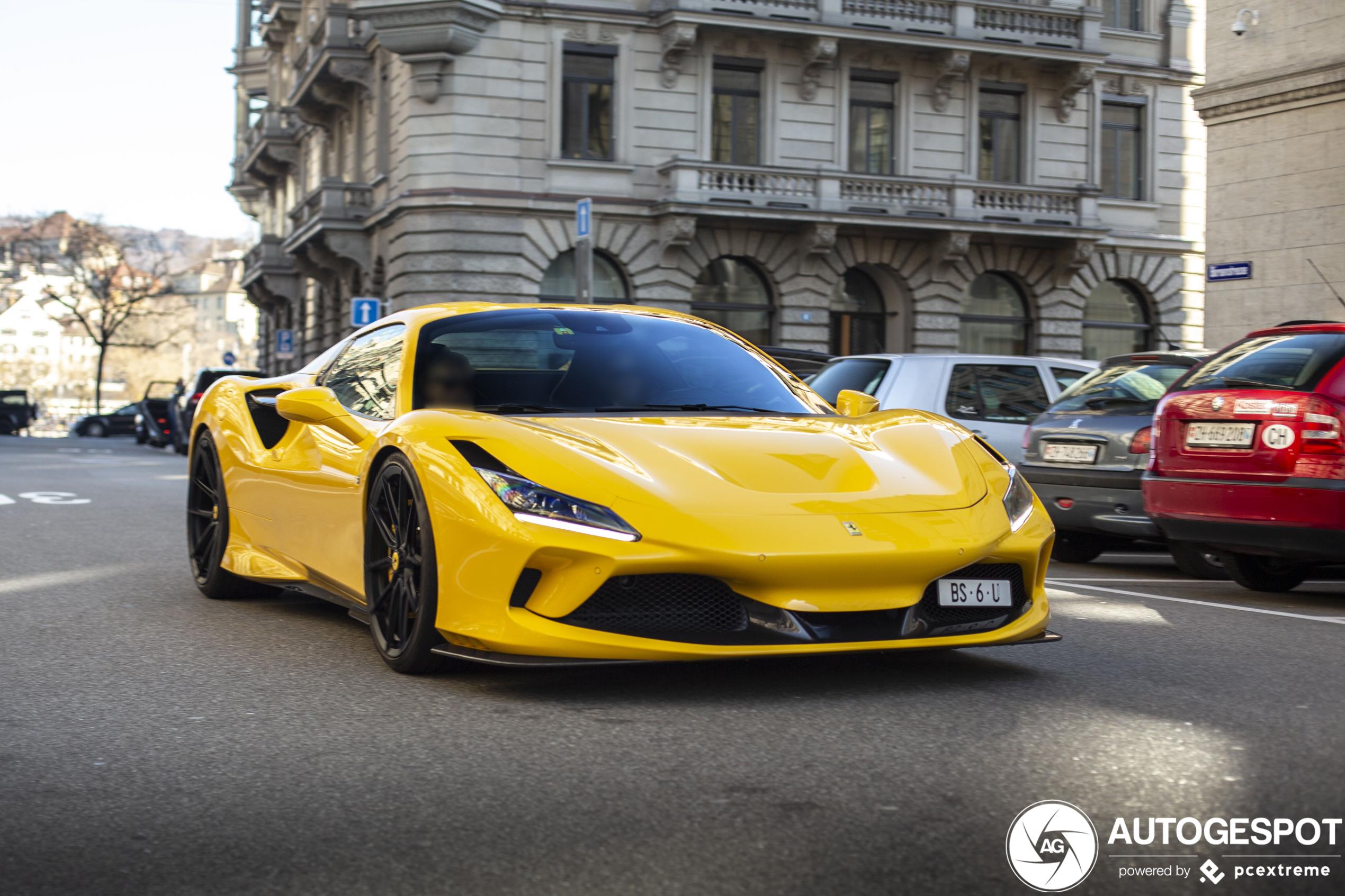 Ferrari F8 Spider staat lekker laag op zijn poten