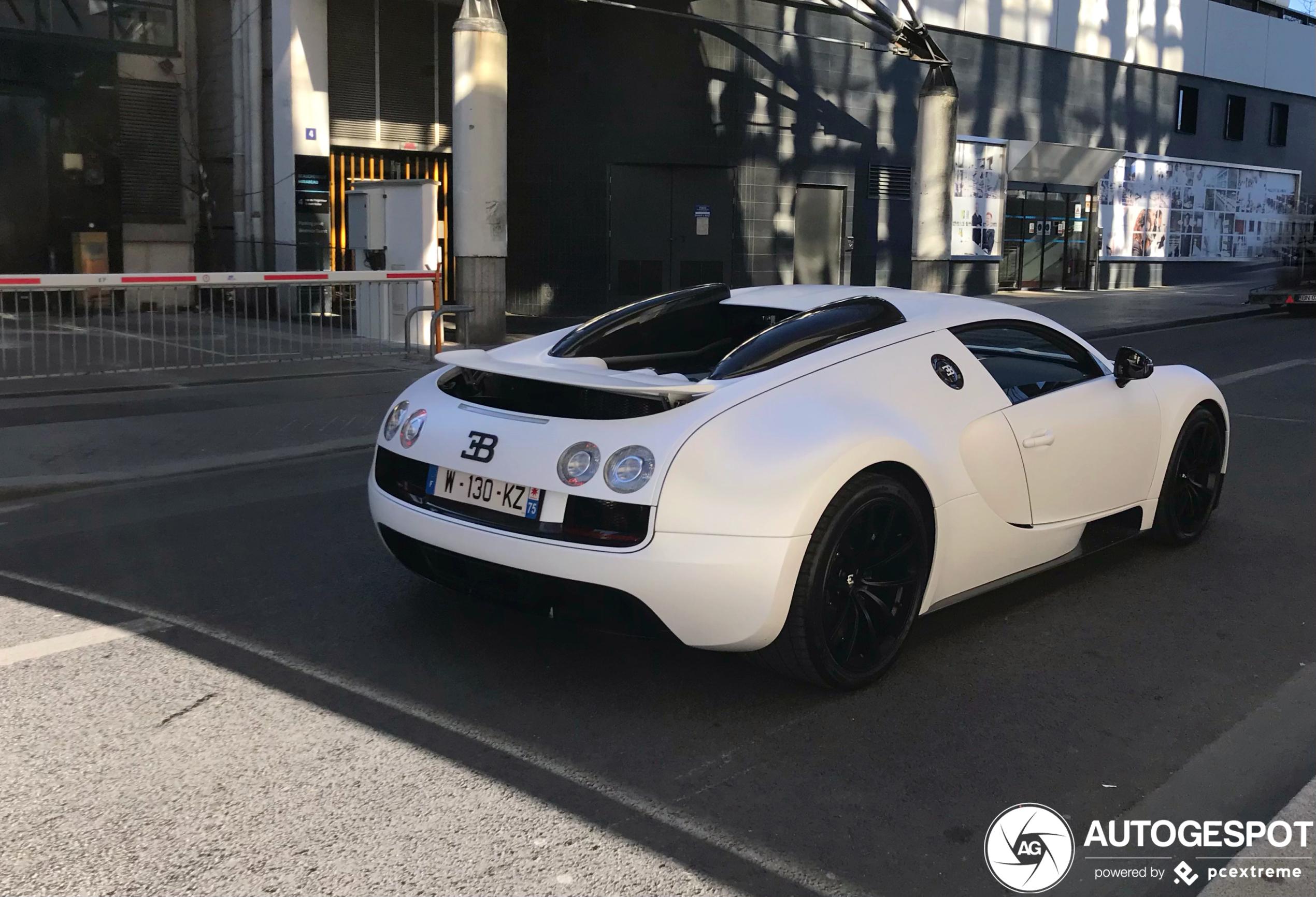 Kruipend door Parijs met de Bugatti Veyron 16.4