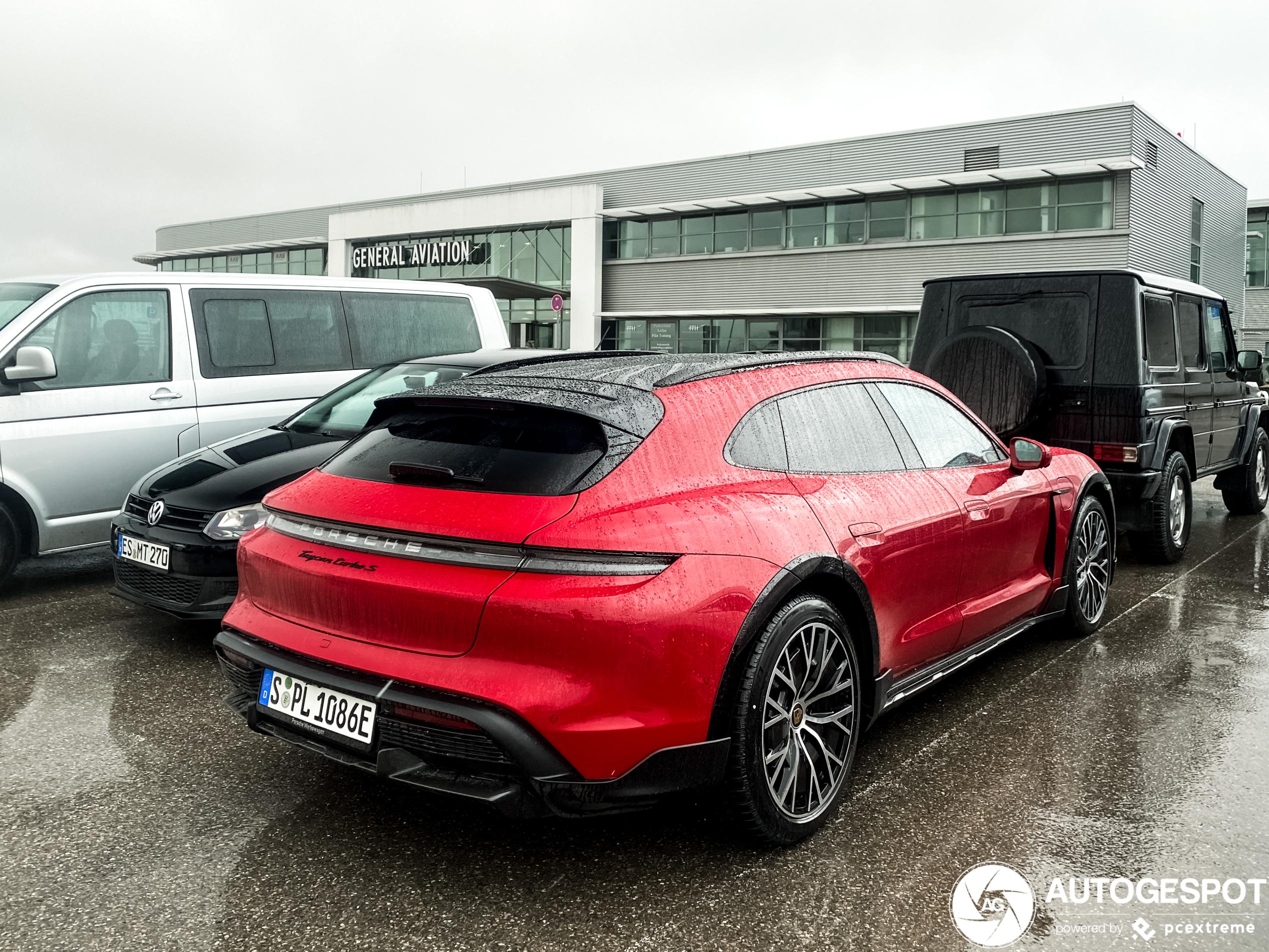 Nu in het rood: Porsche Taycan Turbo S Cross Turismo