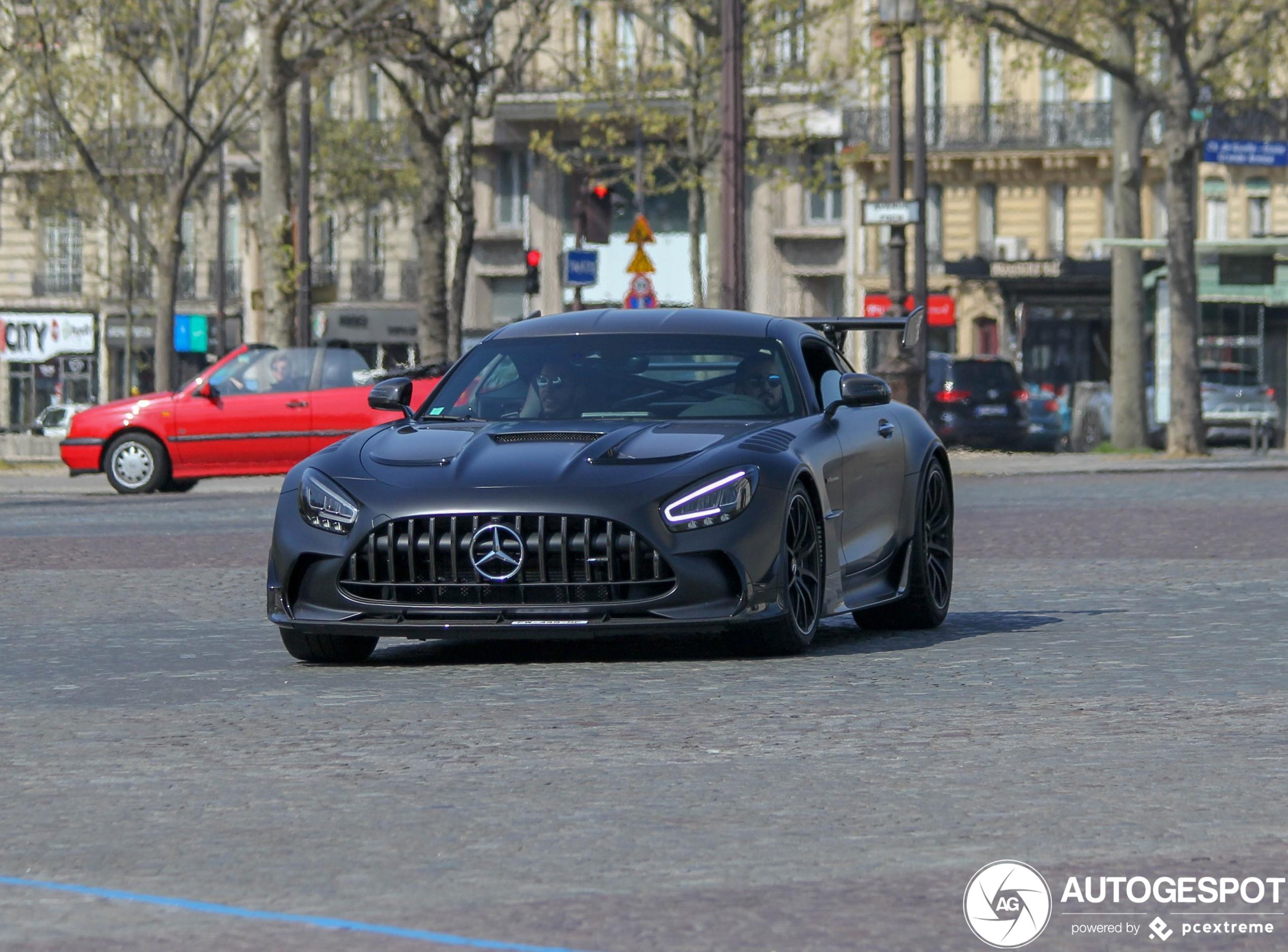 Mercedes-AMG GT Black Series doet ereronde over Avenue Foch