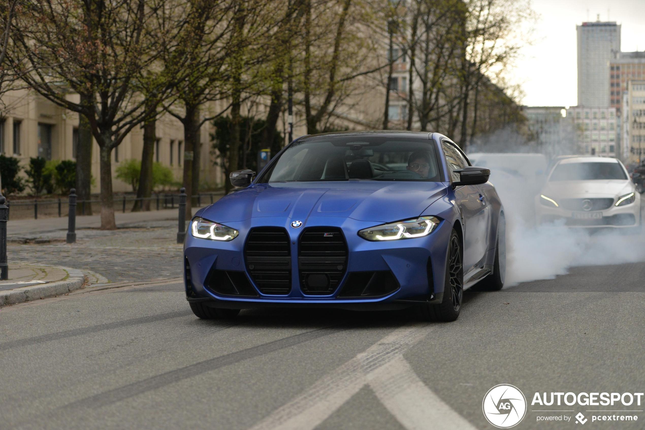 BMW M4 in Polen legt wat rubber op straat