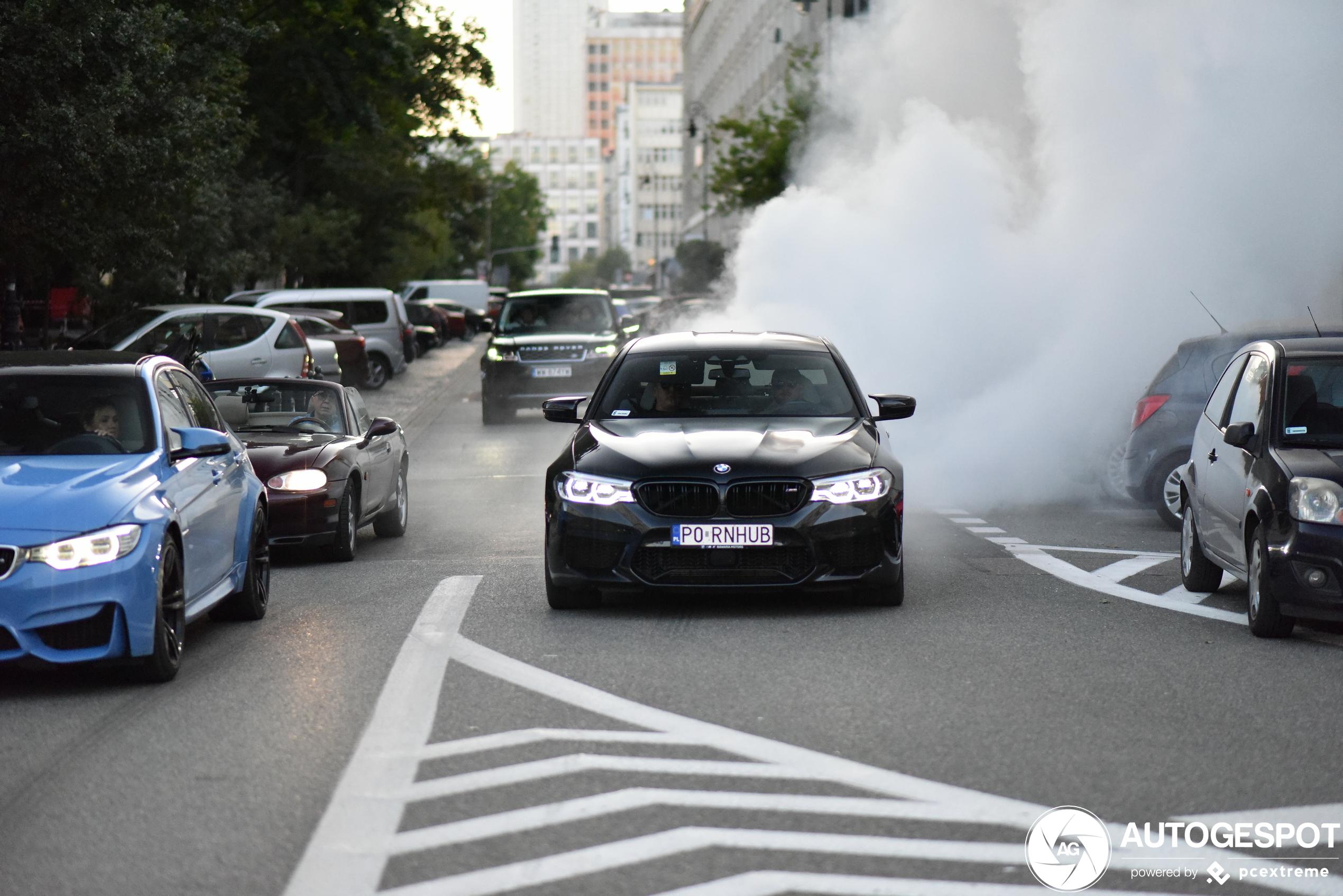BMW M5 trapt de week af met rookgordijn