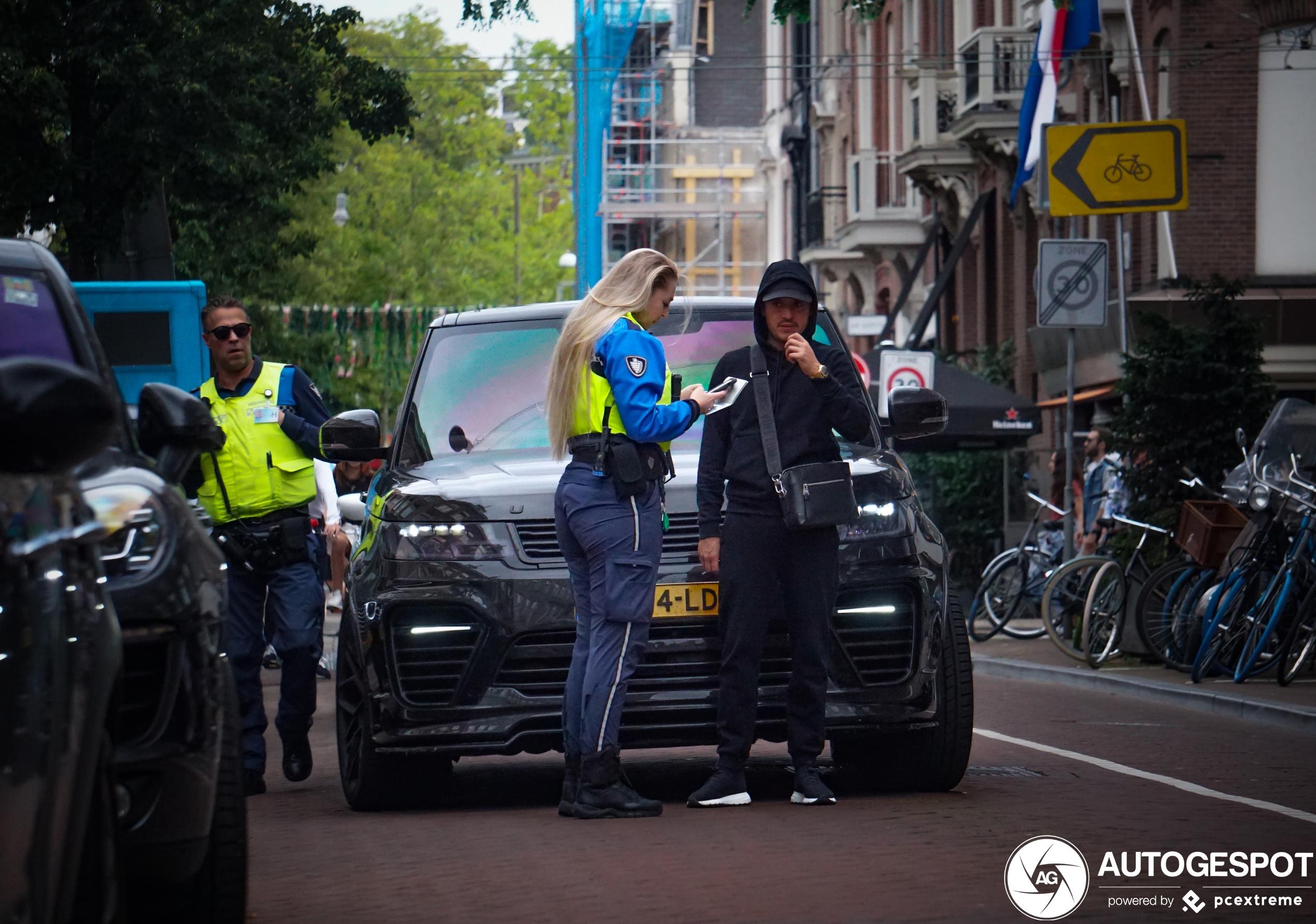 Lil Kleine krijgt een prent in de P. C. Hooftstraat