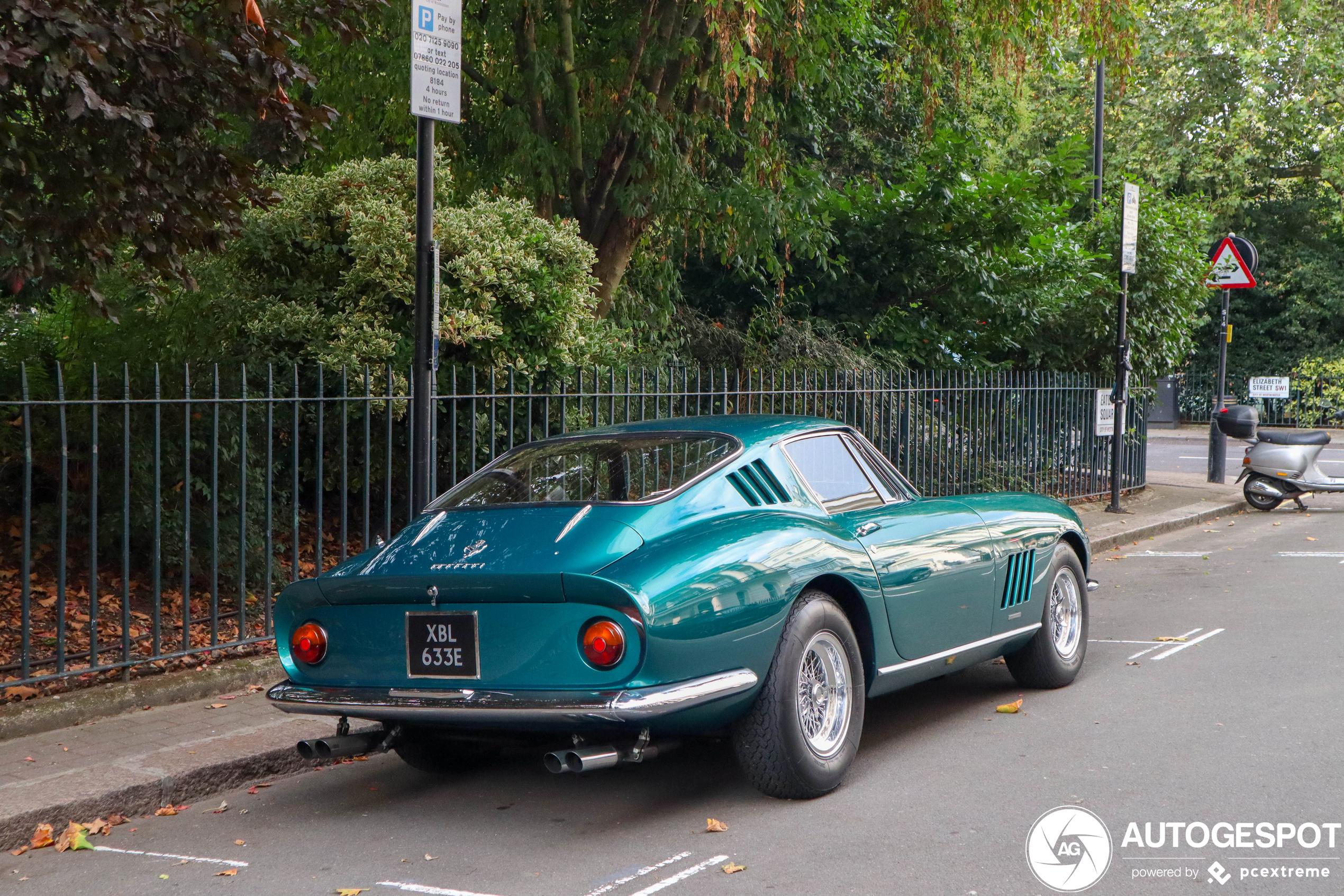 Ferrari 275 GTB/4 staat casual langs de straat in Londen