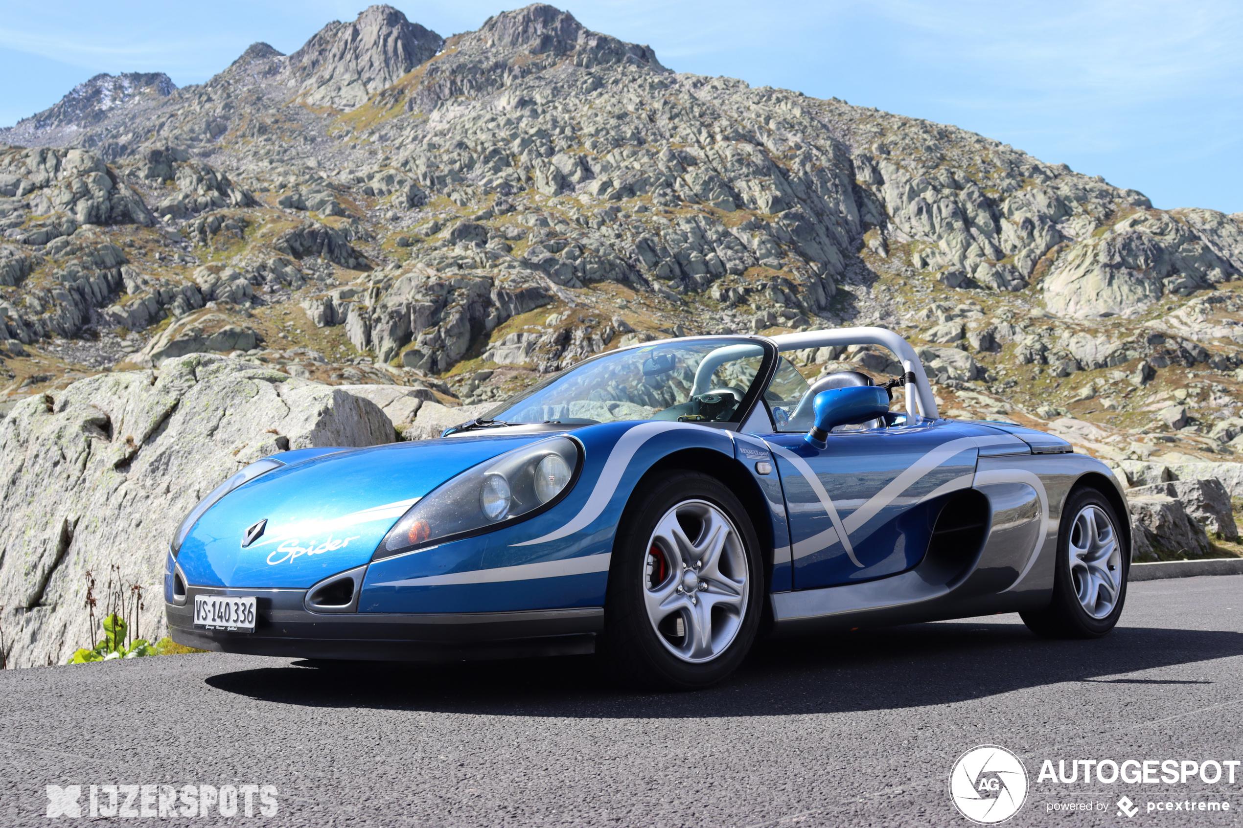 Renault Sport Spider knalt over de Gotthardpas