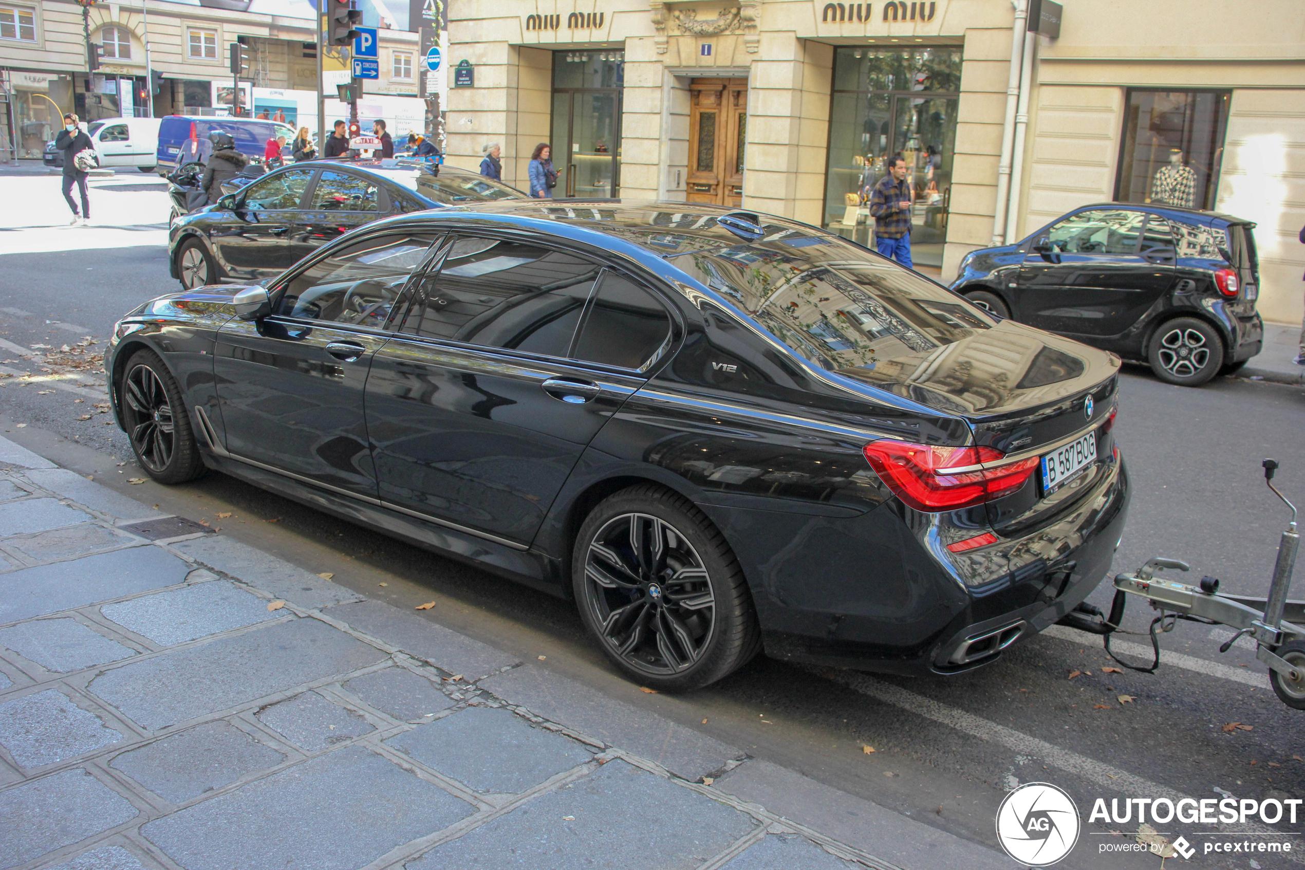 In alle luxe een aanhanger trekken met deze BMW M760Li